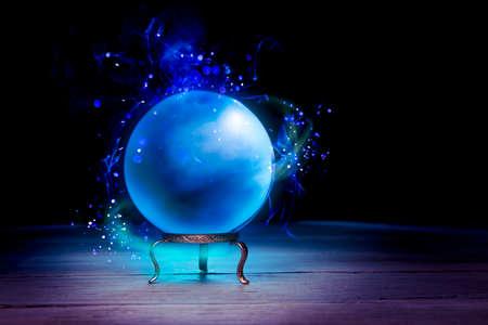 astrologie: Magic Crystal Ball auf einem Tisch