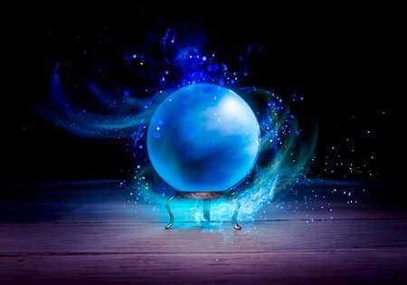 테이블에 마법의 크리스탈 공 스톡 콘텐츠