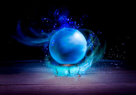 psiquico: Bola de cristal m�gica sobre una mesa Foto de archivo