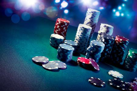 fichas de casino: Fichas de p�quer en una mesa de juego con una iluminaci�n espectacular