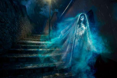 夜にゴーストの不気味なハロウィーンの背景 写真素材