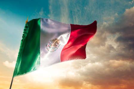 bandera de mexico: Bandera mexicana con una iluminaci�n espectacular, d�a de la Independencia, cinco de mayo la celebraci�n Foto de archivo