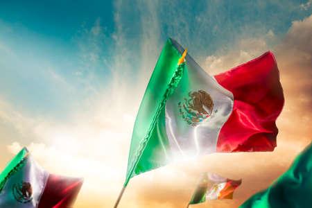 independencia: Banderas mexicanas con una iluminaci�n espectacular, d�a de la Independencia, cinco de mayo la celebraci�n Foto de archivo