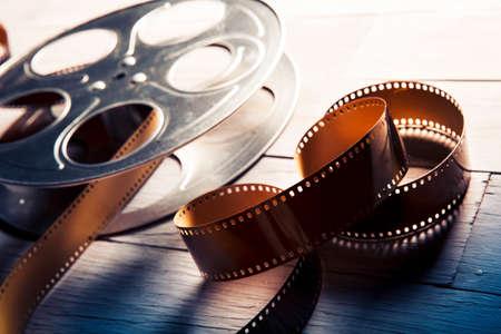 木製の背景に映画のリール 写真素材