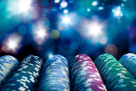 극적인 조명 게임 테이블에 포커 칩