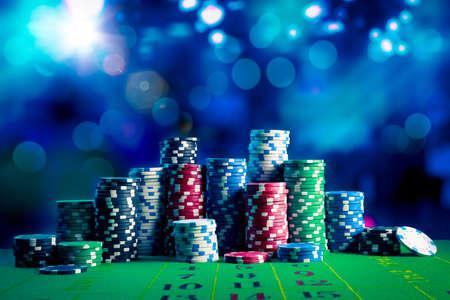 Poker Chips sur une table de jeu avec un éclairage dramatique Banque d'images - 28047203