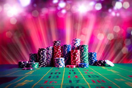 극적인 조명과 함께 게임 테이블에 포커 칩 스톡 콘텐츠