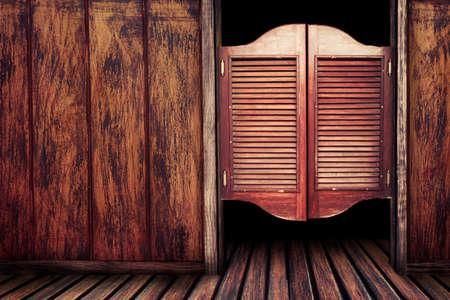 saloon: Viejas Puertas del sal�n de balanceo occidentales Foto de archivo