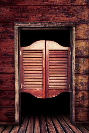 puertas antiguas: Viejas Puertas del salón de balanceo occidentales Foto de archivo