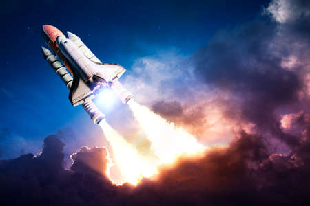 El transbordador espacial despegando en una misión Foto de archivo