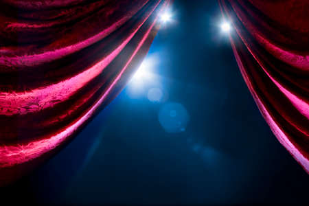 Cortina del teatro con la iluminación dramática y la llamarada de la lente Foto de archivo