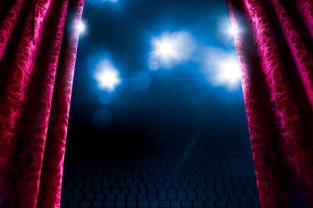 Cortina del teatro con la iluminación dramática y la llamarada de la lente