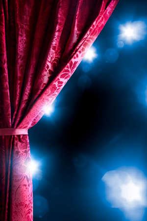 telon de teatro: Cortina del teatro con la iluminación dramática y la llamarada de la lente