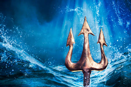 De drietand van Poseidon die uit de zee, Foto composiet Stockfoto