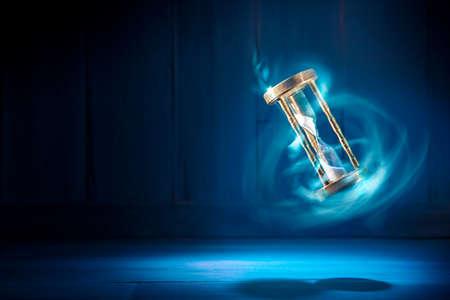 砂時計、時間概念の劇的な明るいイメージ
