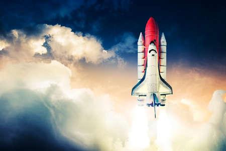 La navette spatiale décolle pour une mission Banque d'images - 28047386