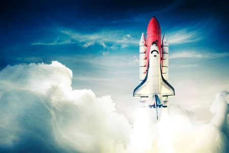La navette spatiale décolle pour une mission Banque d'images - 28047387