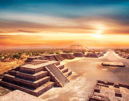 Teotihuacan, Avenue of the Dead et la pyramide du soleil Banque d'images - 28047401