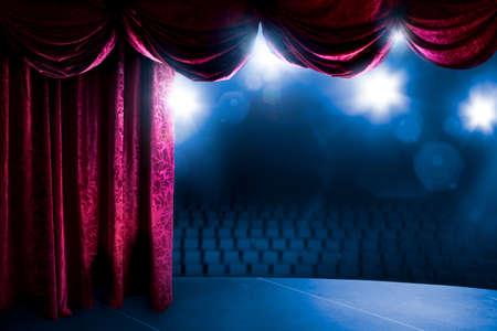 curtain theater: Cortina del teatro con la iluminaci�n dram�tica y la llamarada de la lente