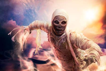 Scary Halloween mummie in hete woestijn met dramatische verlichting Stockfoto