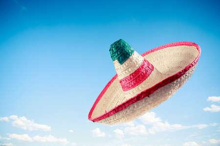 traje mexicano: Sombrero mexicano en un cielo azul