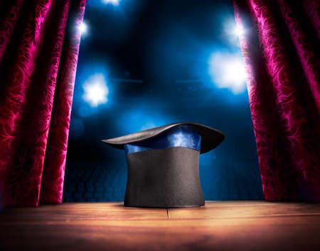 sombrero: compuesta foto de un sombrero mágico en un escenario Foto de archivo