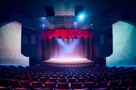 premios: Cortina del teatro y escenario con iluminación espectacular Foto de archivo