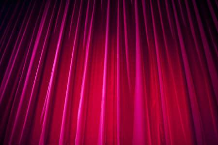 teatro: Cortina del teatro con la iluminación dramática