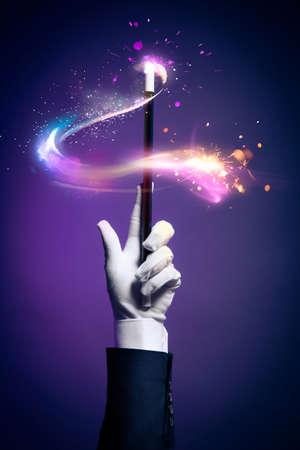 alzando la mano: La mano del mago con la varita mágica Foto de archivo