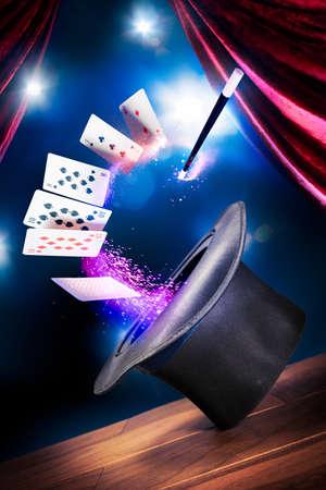 tarjeta: compuesta foto de un sombrero mágico en un escenario Foto de archivo