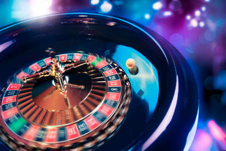 ganador: alto contraste de la imagen de la ruleta del casino en el movimiento