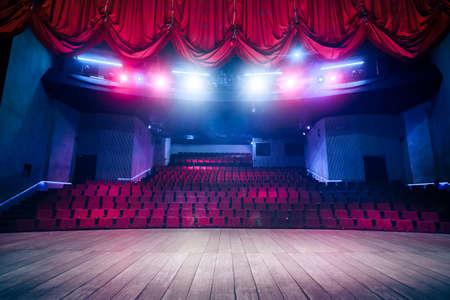 teatro: Cortina del teatro y escenario con iluminaci�n espectacular Foto de archivo