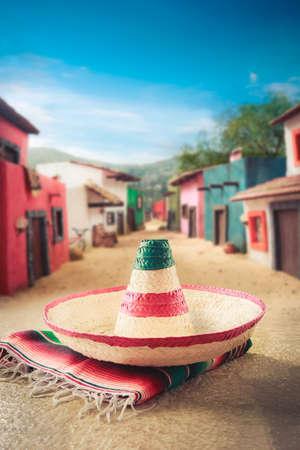 """casa colonial: Sombrero mexicano """"sombrero"""" en un """"sarape"""" en un pueblo mexicano Foto de archivo"""