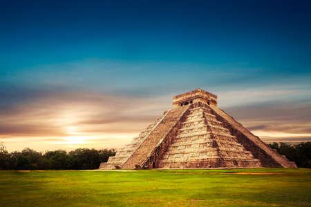 Świątynia Kukulkan, piramidy w Chichen Itza na Jukatanie w Meksyku
