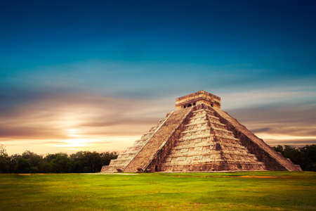 cultura maya: Templo de Kukulkán, la pirámide de Chichén Itzá, Yucatán, México