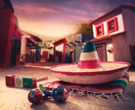 """trajes mexicanos: Fondo fiesta mexicana con un """"sombrero"""" sombrero y """"maracas"""" en un pueblo mexicano Foto de archivo"""
