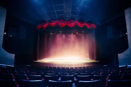 cortinas rojas: Cortina del teatro y escenario con iluminación espectacular Foto de archivo