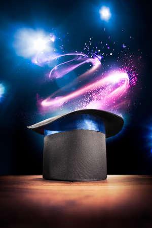 sombrero de mago: compuesta foto de un sombrero mágico en un escenario Foto de archivo