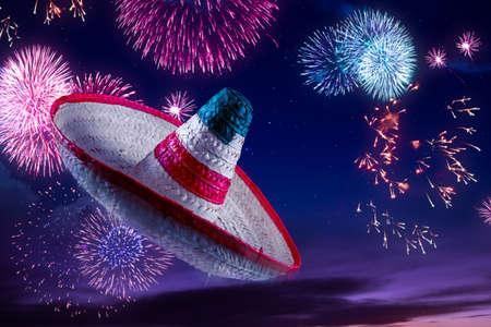 traje mexicano: Sombrero mexicano con fuegos artificiales en la noche