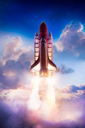 cohetes: El transbordador espacial despegando en una misión Foto de archivo