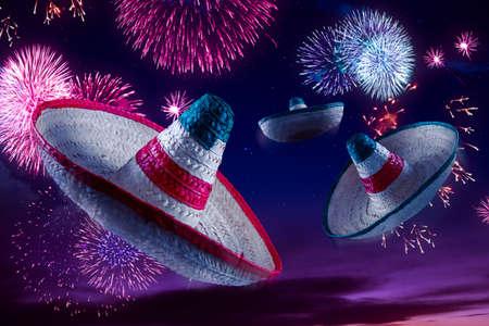 trajes mexicanos: Sombreros mexicanos con fuegos artificiales en la noche Foto de archivo