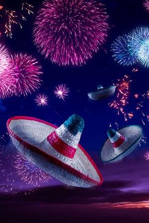 traje mexicano: Sombreros mexicanos con fuegos artificiales en la noche Foto de archivo