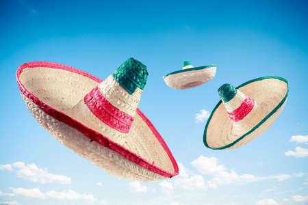 traje mexicano: Sombreros mexicanos en un cielo azul