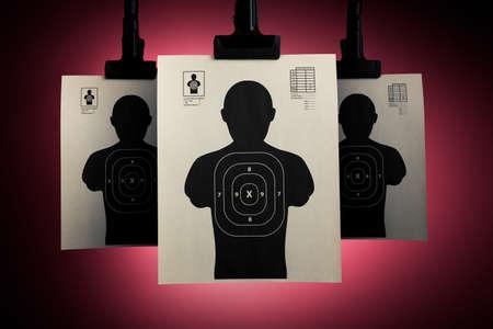 tiro al blanco: Disparos blancos que cuelgan sobre un fondo rojo