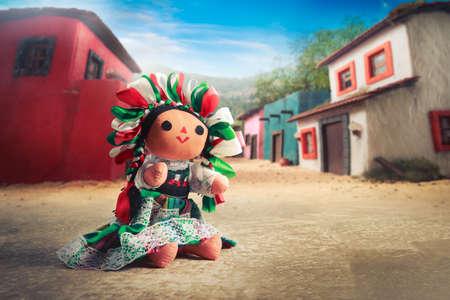 Mexikanische Stoffpuppe in einem traditionellen Kleid Standard-Bild - 44405706