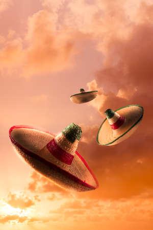 trajes mexicanos: Sombreros mexicanos en un cielo de color naranja dramática