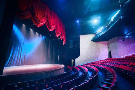 telon de teatro: Cortina del teatro y escenario con iluminaci�n espectacular Foto de archivo