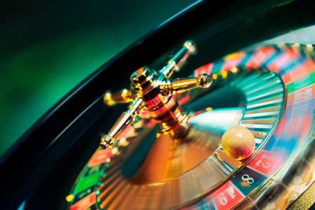 roulette: immagine ad alto contrasto di roulette del casinò in movimento Archivio Fotografico