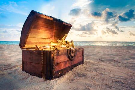 pirata: cofre del tesoro abierto con oro shinny Foto de archivo