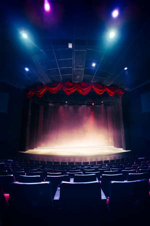 teatro: Cortina del teatro y escenario con iluminación espectacular Foto de archivo